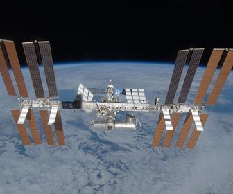 placas solares en una estación espacial